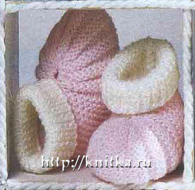 Бело-розовые пинетки- башмачки связаны спицами дял малышей.  Вам потребуется: по 25 г белой и розовой пряжи...