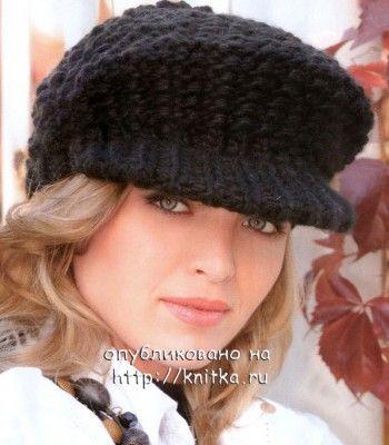 Черная кепка, связанная спицами
