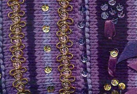Вязаная сумочка, украшенная вышивкой