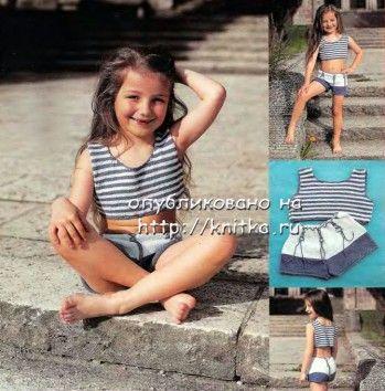 Морской комплект для девочки: топ и шорты. Вязание спицами.