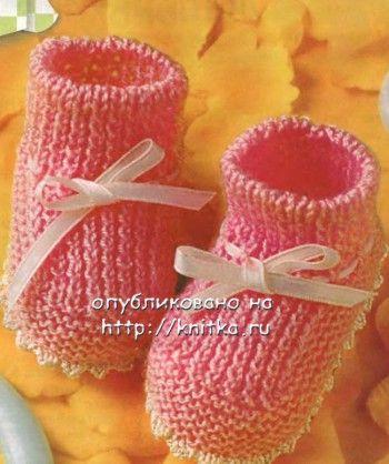 Розовые пинетки, связанные спицами