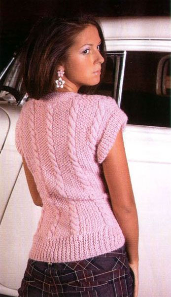 Вязаный женский жилет выполнен узорами с косами, спереди.