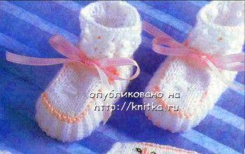 Белые пинетки с розовой ленточкой. Вязание спицами.