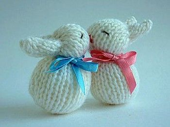Веселые кролики - неразлучники. Вязание спицами.