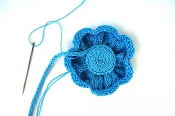 Вязанный спицами голубой цветок