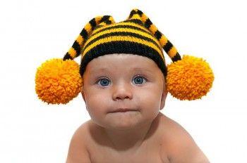 Шапочка - пчелка связанная спицами