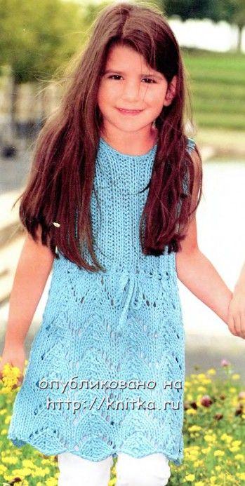 Голубой сарафан для девочки. Вязание спицами.