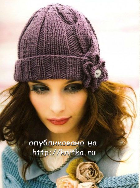 Зимняя шапочка с цветком спицами.