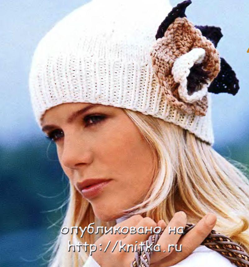 Женская шапка с вязаным цветком на спицах.