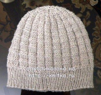 фото мужской шапки, связанной спицами