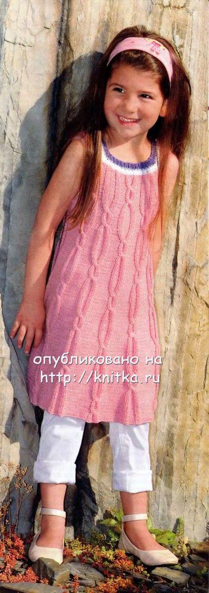 Розовое летнее платье с косами связано спицами