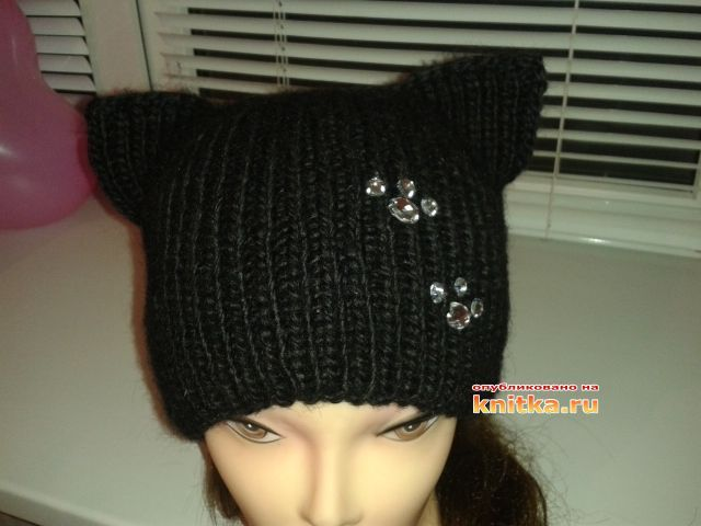 Черная шапка-кошка связана