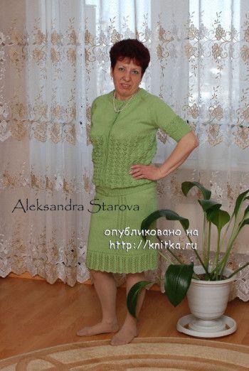 Зеленый женский костюм спицами. Работа Александры Старовой. Вязание спицами.