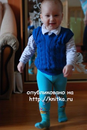 Детская безрукавка, связанная спицами