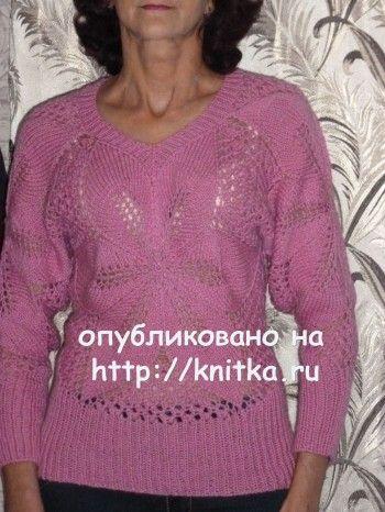 Вязаный спицами пуловер с центральным ажурным узором