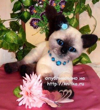 Вязаная игрушка котенок - работа Котельниковой Ирины
