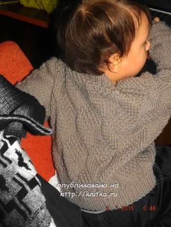 Вязаный спицами свитер для мальчика