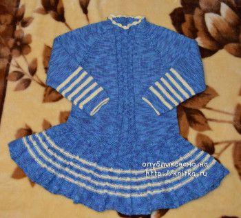 вязаное спицами платье