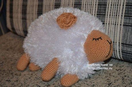 Вязаная игрушка - подушка овечка. Работа Анны. Вязание спицами.