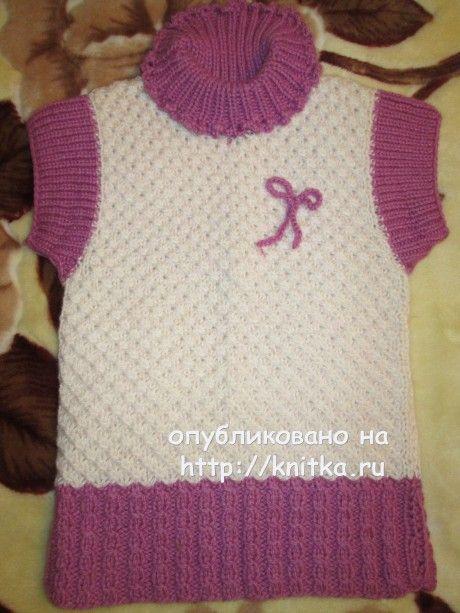 вязанный спицами жилет для девочки