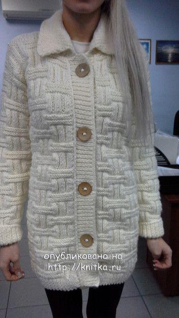 Вязаное спицами женское пальто. Работа Ольги. Вязание спицами.
