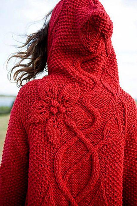 Красное пальто с капюшоном и крупными цветами