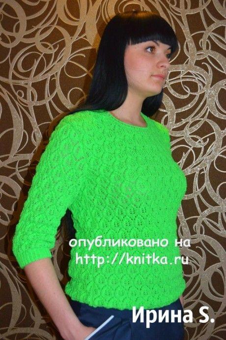 Зеленый свитер спицами с узором листья
