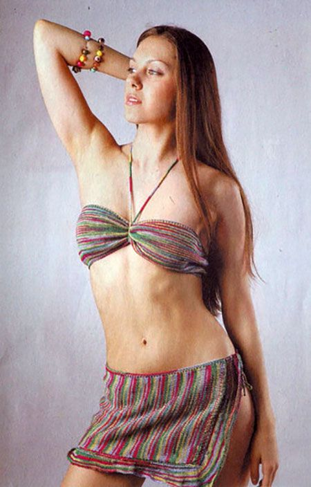 Пестрый купальник спицами и юбка-парео