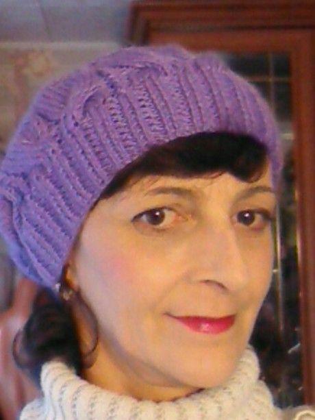 Фиолетовая шапочка спицами