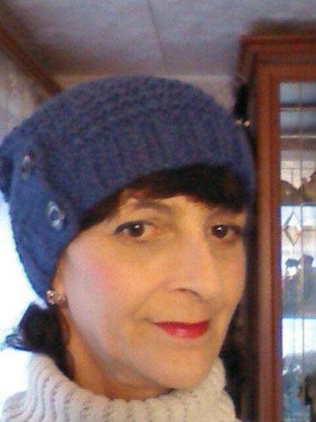 вязаная спицами шапочка