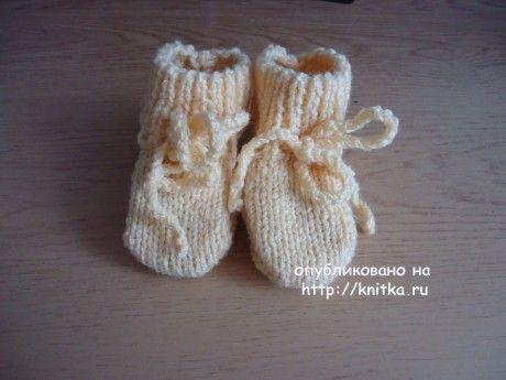 Желтые пинетки - носочки. Работа Валерии. Вязание спицами.