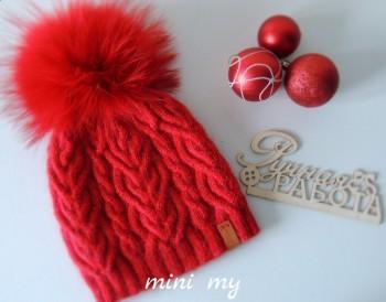 Яркая зимняя шапка спицами
