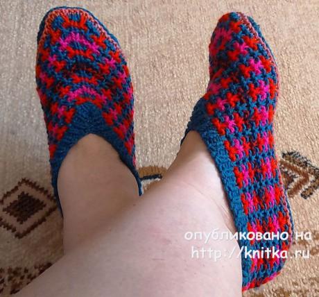 Красно - синие тапочки спицами. Работа Татьяны Наконечной. Вязание спицами.