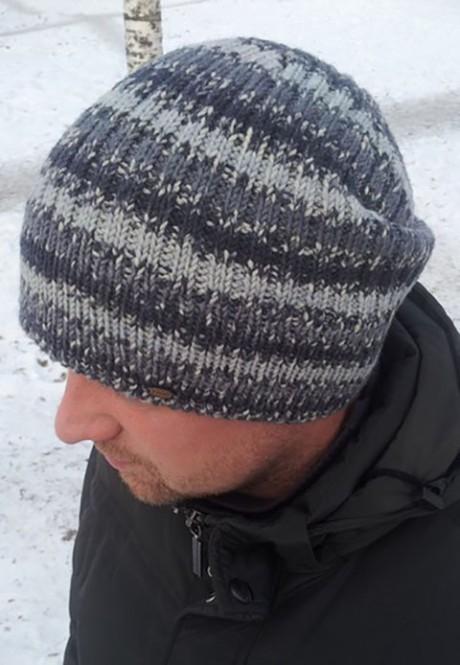 фото мужской шапки спицами