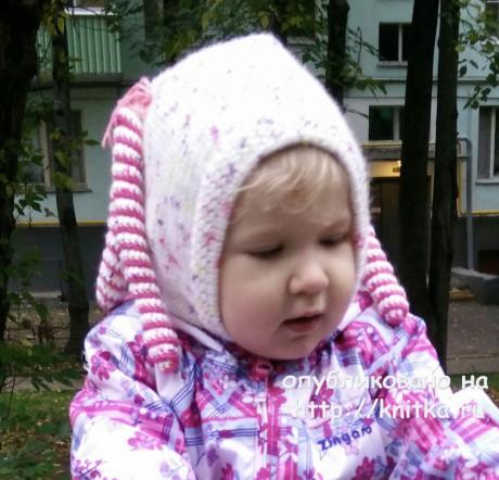 Шапка - шлем для девочки спицами. Работа Александры Карвелис вязание и схемы вязания