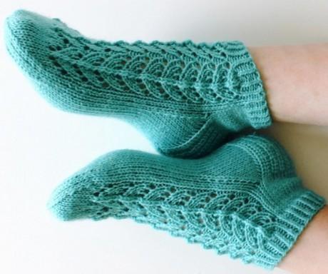 вязаные спицами носочки