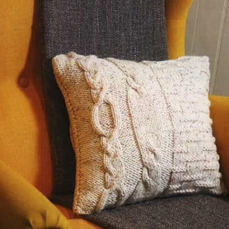 светлая подушка спицами