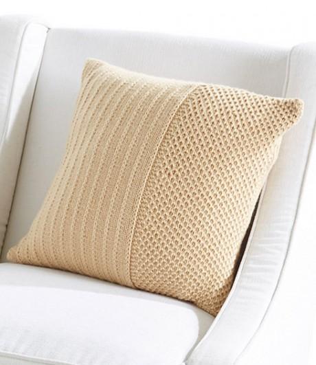 бежевая подушка спицами