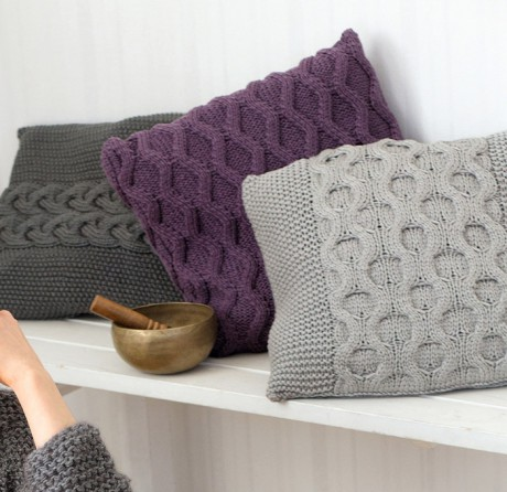 подушки спицами с рельефными узорами