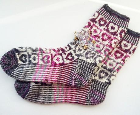 Вязаные носки на 5 спицах с жаккардом сердечки