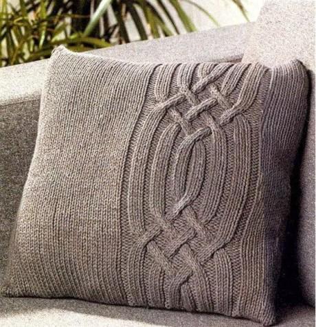 коричневая подушка спицами