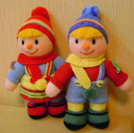 вязаные спицами куколки близнецы