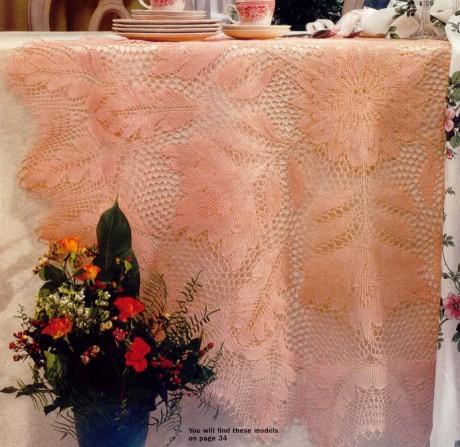 Красивая скатерть спицами персикового цвета