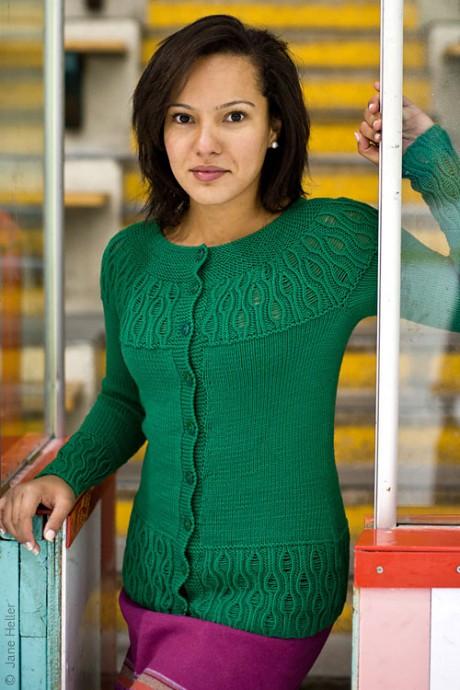 вязание спицами зеленой кофты