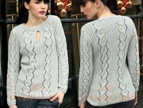 Пуловер спицами с вырезом на горловине из жгутов и ломанных ажурных полос