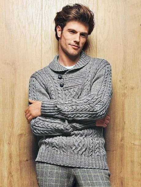 мужской свитер связан спицами