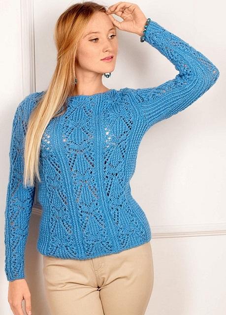 Голубой пуловер с ажурными узорами