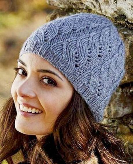 Синяя шапочка спицами с ажурными полосками