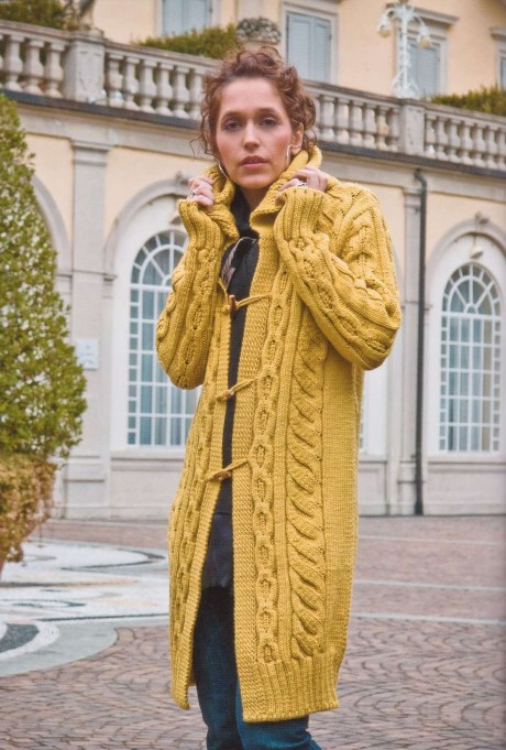 Горчичное пальто с капюшоном связано спицами для женщин