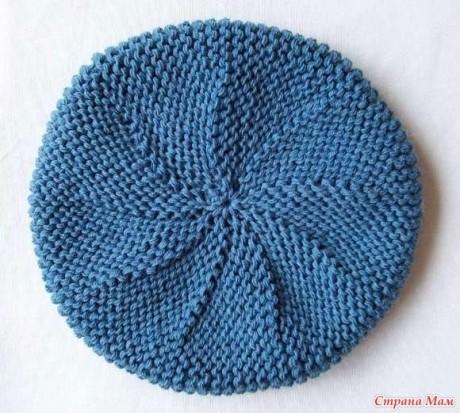 Берет для женщин, связан спицами платочной вязкой поперёк